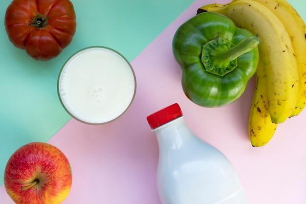 Молочные хлопья сладкий перец яблоко помидор банан на фоне красочных