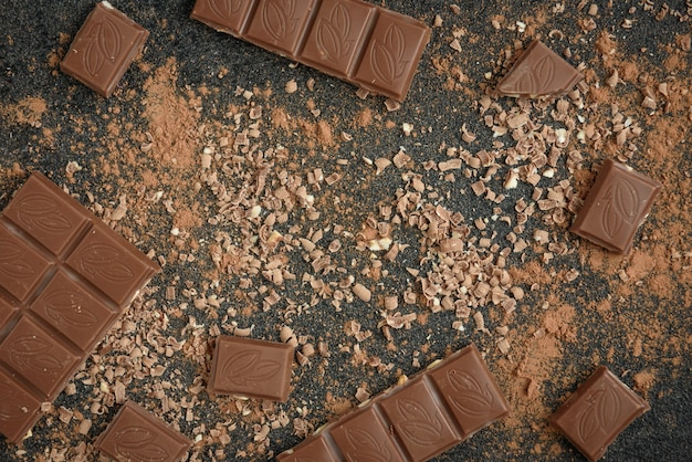 ミルクチョコレートバーチョコレートチップとココアの黒い表面