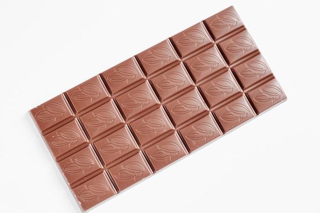 白い背景で隔離のミルクチョコレートバー