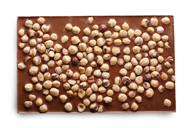 Плитка молочного шоколада с фундуком, изолированные на белом фоне