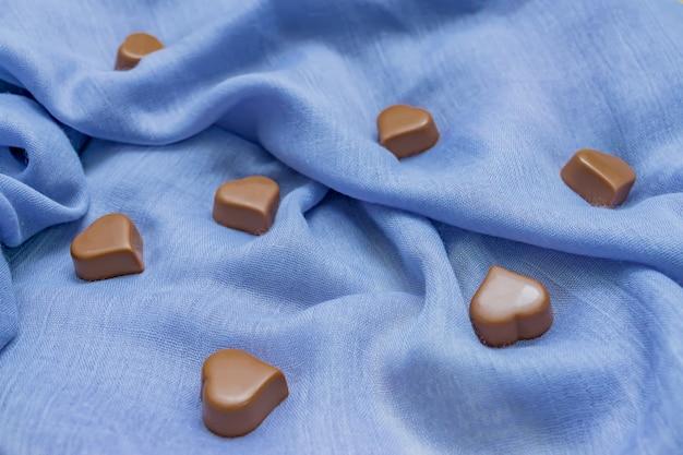 블루 패브릭에 밀크 초콜릿 하트입니다.