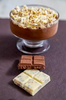 チョコレートの削りくずとミルクチョコレートムース。