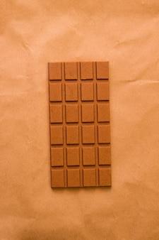 갈색 바탕에 밀크 초콜릿입니다. 위에서 볼 수 있습니다. 흑백 사진입니다. 미니멀리즘
