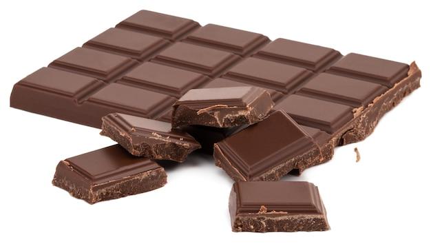 Кусочки молочного шоколада, изолированные на белом фоне.