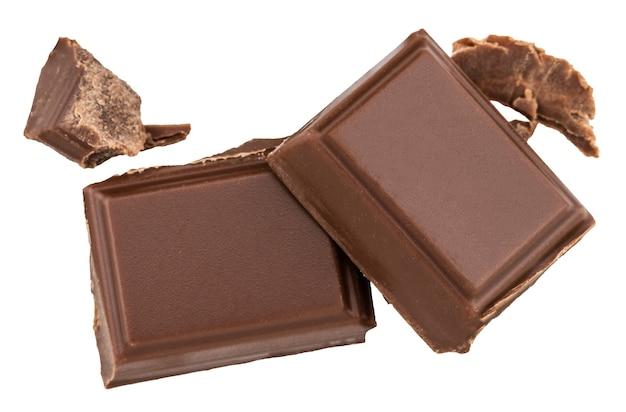 Кусочки молочного шоколада, изолированные на белом.