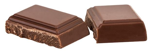 Изолированные кусочки молочного шоколада