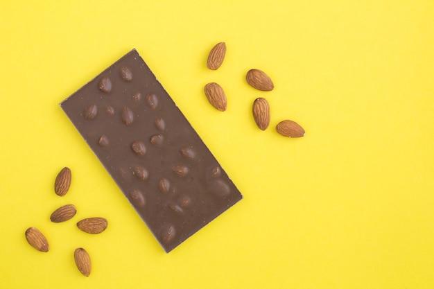 黄色のアーモンド入りミルクチョコレート