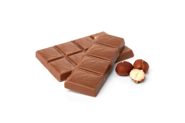 Молочный шоколад с орехами, изолированные на белом.