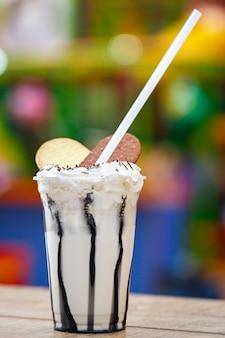 お菓子で飾られたミルクカクテル