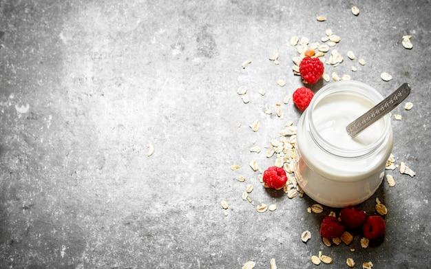 Молочный крем с хлопьями и ягодами на каменном столе