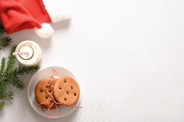 サンタクロースの牛乳と白地に自家製ジンジャーブレッドクッキー