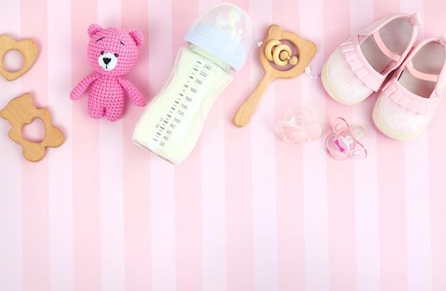 Молоко в бутылке и детские аксессуары. выборочный фокус. еда.