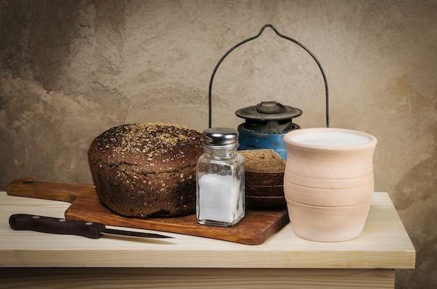 まな板の塩入れの土鍋ライ麦パン塩のミルク