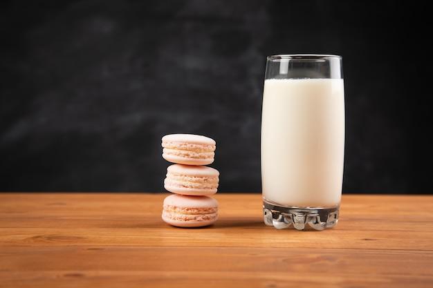 유리에 우유와 테이블에 마카롱