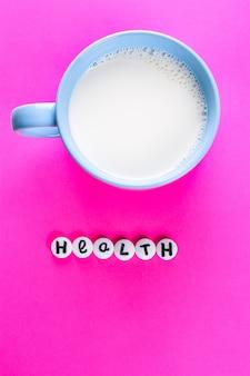 小さな錠剤で書かれたカップと健康の牛乳