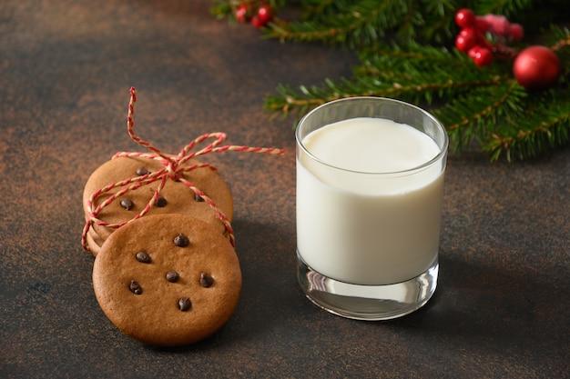 ガラスの牛乳とサンタのための自家製ジンジャーブレッドクッキー。