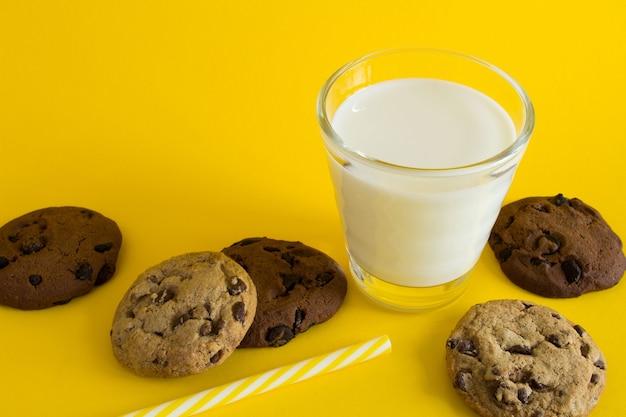 Молоко в стакане и шоколадное печенье
