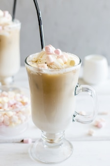 Молоко наливается в стакан с кубиками льда кофе, кофе со льдом.