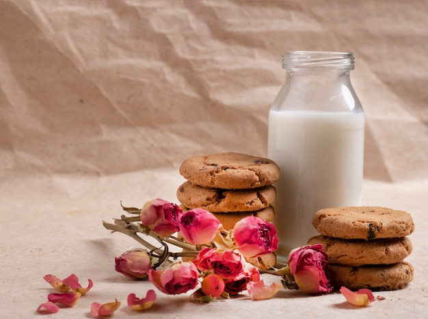 Milk and oat cookie for kids with flowers
