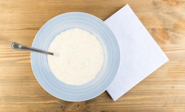 青いプレートの上面図のミルクのお粥