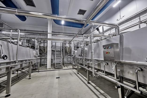 Цех по переработке молока на молокоперерабатывающем заводе.