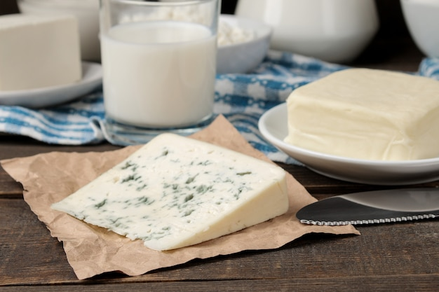 Молочные продукты. молоко, сметана, сыр, масло и творог на коричневом деревянном столе
