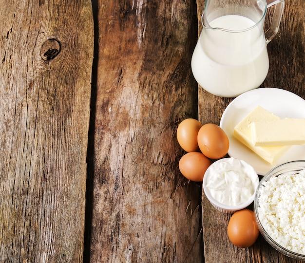 Молочные продукты на деревенском деревянном столе