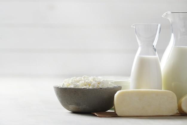 Prodotti lattiero-caseari sulla tavola di legno