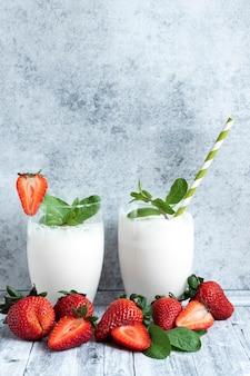 2つのグラスと新鮮なイチゴのミルクセーキ