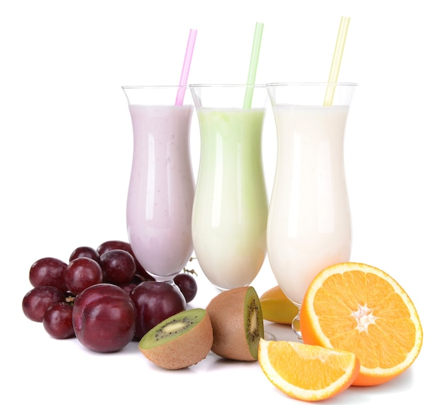 Молочные коктейли с фруктами, изолированные на белом фоне