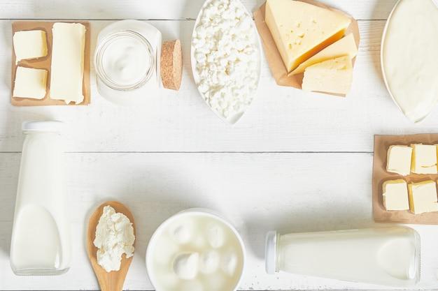 우유, 사워 크림, 모짜렐라, 케 피어, 요거트, 버터, 치즈 구색. 평면 레이아웃. 텍스트 공간.