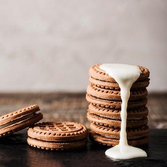 Latte in cima a biscotti deliziosi