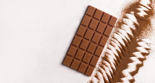 흰색 바탕에 우유 채식주의 초콜릿입니다. 공간을 복사합니다. 위에서 보기