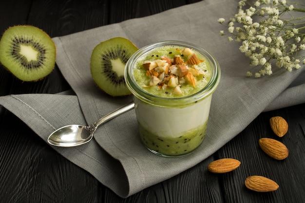 Молочный йогурт с киви и орехами