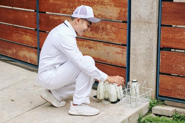 Молочник меняет бутылки