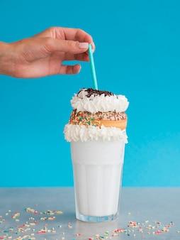 Состав молочного коктейля с пончиком