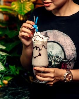 Молочный коктейль с шоколадным сиропом