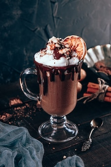 Молочный коктейль с шоколадом, взбитыми сливками и грецкими орехами.