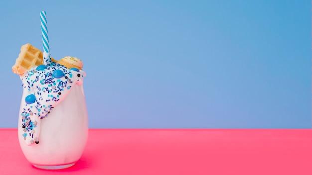 Молочный коктейль с соломой и копией пространства