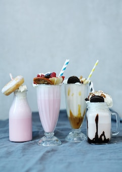 Молочный коктейль со сладостями