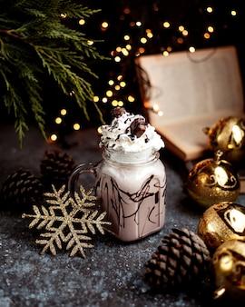Молочный коктейль со взбитыми сливками и шоколадом