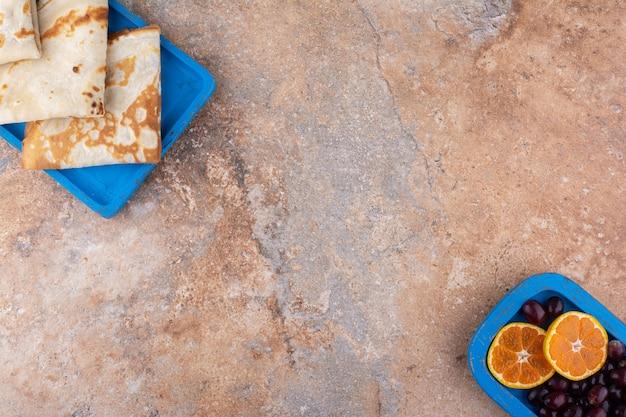 베리와 오렌지 조각을 곁들인 유백색 크레이프
