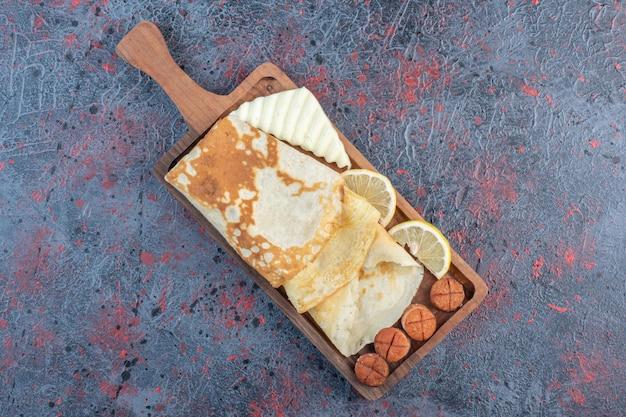 卵と白チーズのミルキークレープ。 無料写真