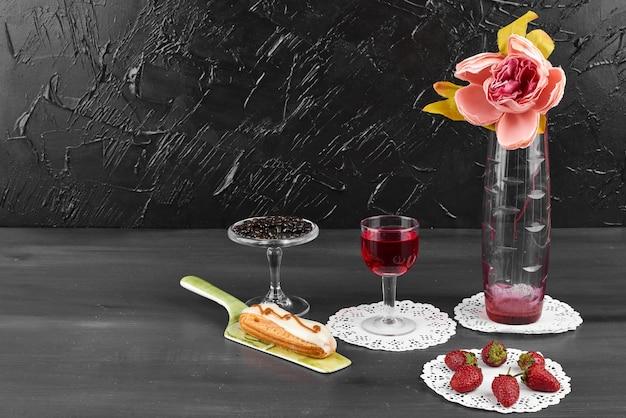 ミルキーエクレアとグラスワイン。