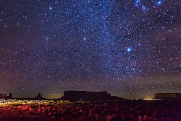 모뉴먼트 밸리 위의 은하수와 밝은 별. 미국