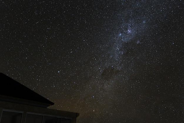 Млечный путь и звездное ночное небо над горами на острове бали.