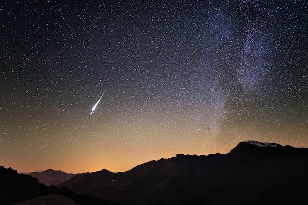 Млечный путь и звездное небо с высоты альп. настоящая рождественская комета в небе.