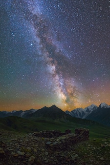 은하수와 산 위의 별