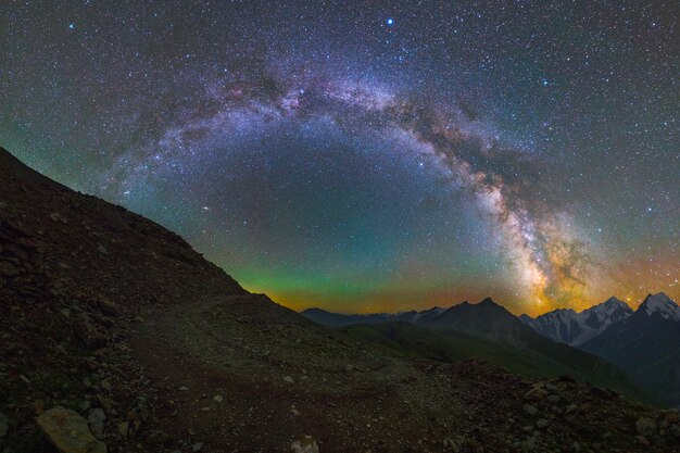 은하수 호와 산 위의 별
