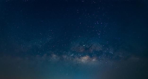 밤에 은하수 배경 하늘